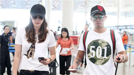 林丹谢杏芳穿情侣装在机场同框