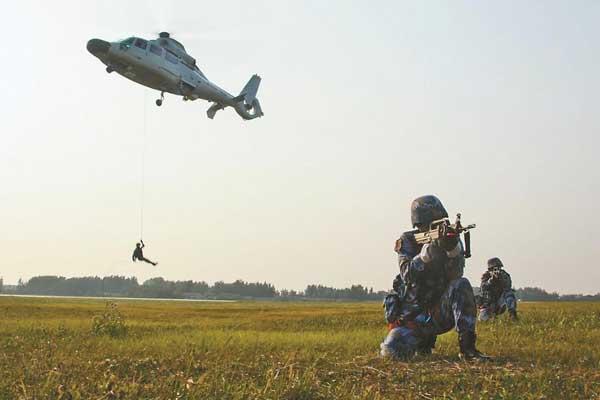 铁甲轰鸣!海军陆战队官兵开展跨昼夜综合演练