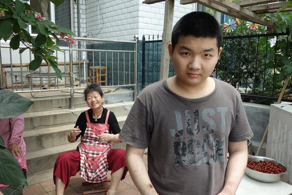 自闭症小伙18岁被送进养老公寓