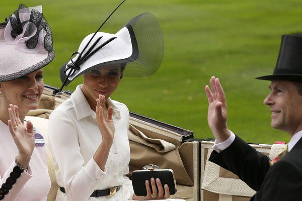 气质爆表!梅根王妃首次出席皇家赛马会 白色连衣裙配礼帽