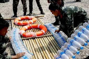 """矿泉水瓶能干啥?特战队员教你拿它来做""""船"""""""