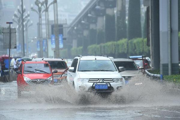 """重庆迎暴雨 车辆在马路上""""劈波斩浪"""""""