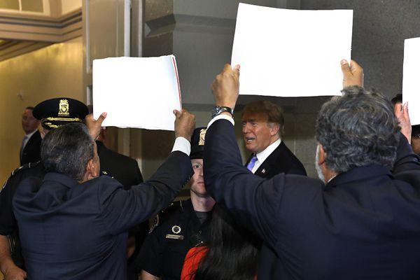 尴尬!特朗普拆散移民家庭引众怒 遭议员围堵抗议