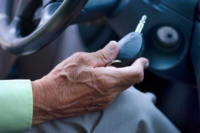 瑞士上调驾车者强制体检年龄下限 反对者忧交通事故风险