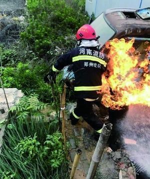 消防员抢火罐