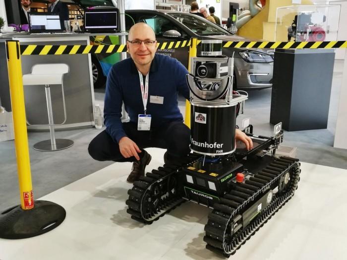 侦查机器人可帮消防员探路和检测是否有爆炸危险