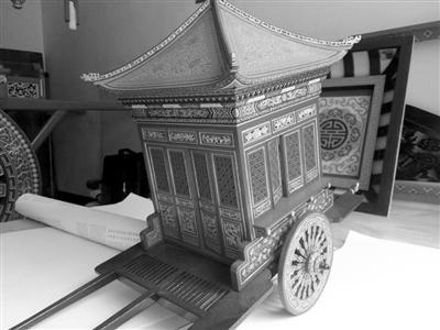 退休老人打造17辆古代版劳斯莱斯 最大一辆高两米