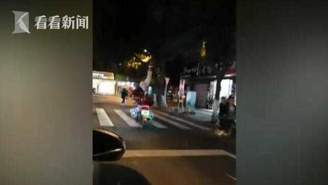 男子公路上骑摩托车练杂技 单腿翘起做俯卧撑