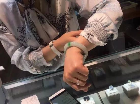 41000元的翡翠手镯410卖了 珠宝店小姐姐急的要哭