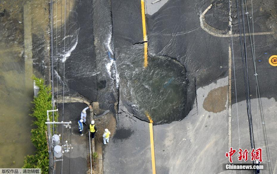 航拍日本大阪地震灾区 管道破裂涌水溢街