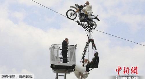 德国夫妇骑着用钢索吊起的摩托车 办空中婚礼