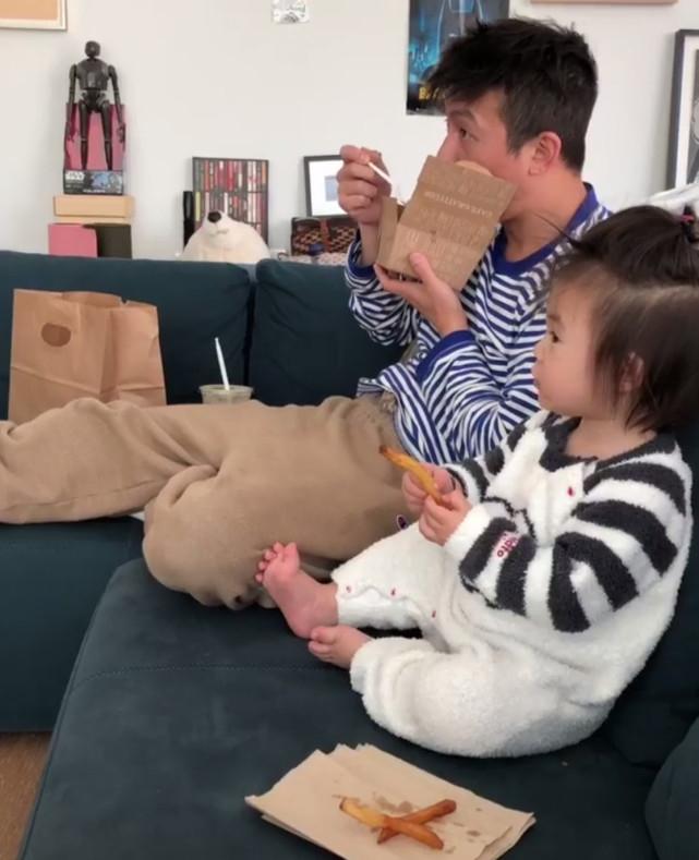 秦舒培赞陈冠希最好的父亲 父女用餐神同步