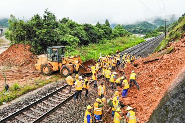 江西景德镇铁路现山体滑坡 挖出土方600方