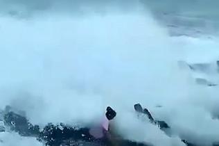 视频记录印度游客被巨浪卷入水中丧生一幕