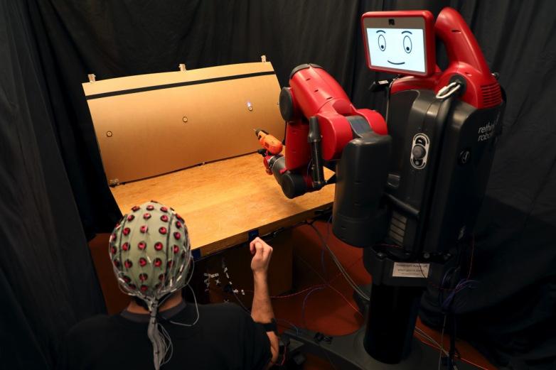 人机交互未来新趋势 脑电波手势控制机器人