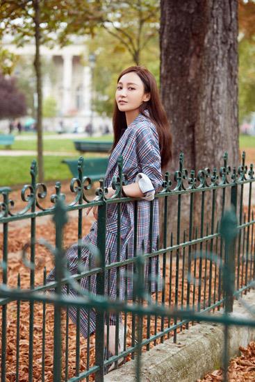 姚笛巴黎街头写真曝光 简单时尚尽显高级感