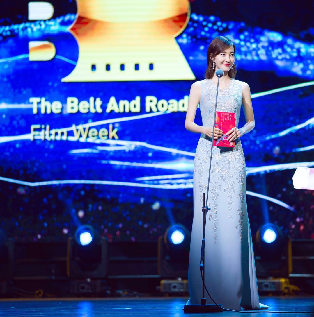 王丽坤亮相一带一路电影之夜 任颁奖嘉宾气质动人