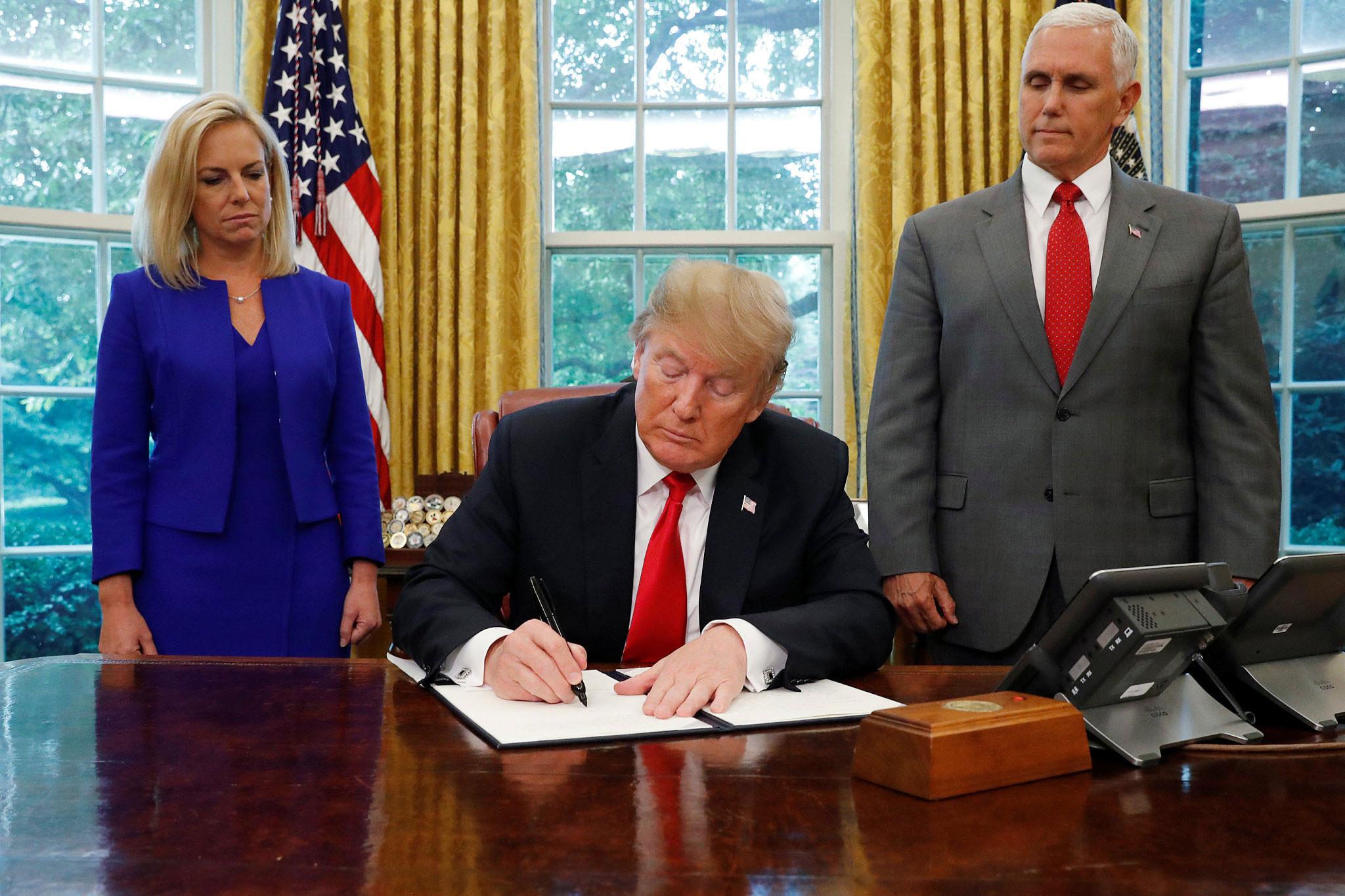 """美国总统特朗普撤回""""骨肉分离""""移民政策"""