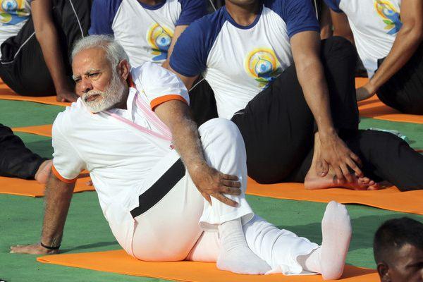 莫迪与5万人共庆世界瑜伽日 练瑜伽身段超软