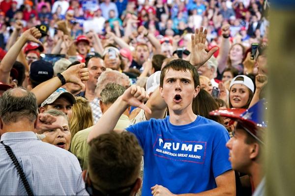 特朗普到访明尼苏达州 抗议者支持者针锋相对