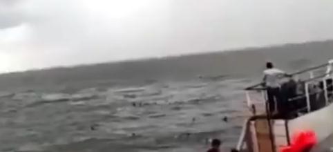 印尼一超载渡轮沉没至少180人失踪 数十人湖里挣扎