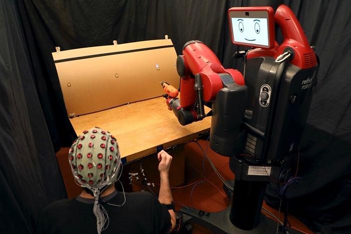 "MIT研制""读心""机器人 采用脑电波加手势控制"
