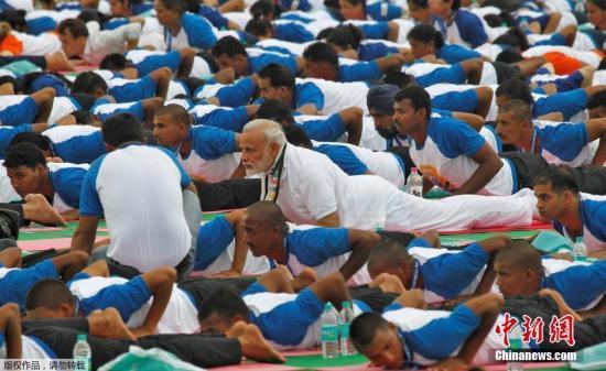 第四届国际瑜伽日 印度总理带领5万人齐做瑜伽