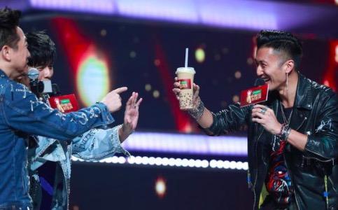 谢霆锋送周杰伦奶茶 喊话:奶茶给你喝冠军我来拿