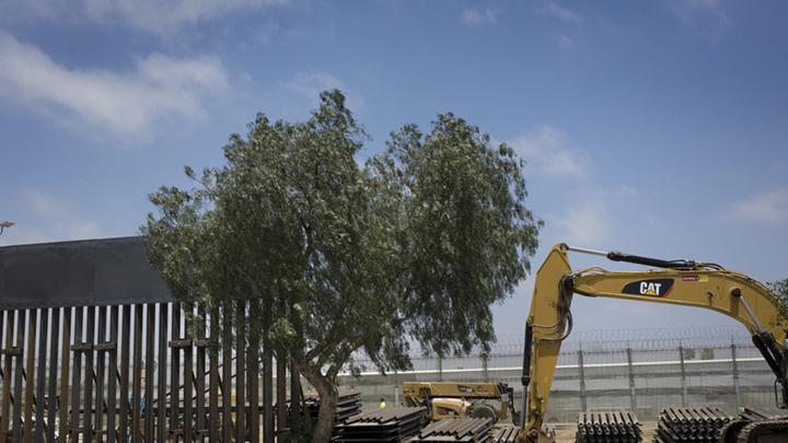 美墨边境老式隔离墙被拆除 改用9米高新型围墙替代