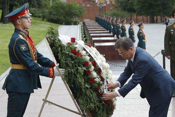 韩国总统文在寅出访俄罗斯 向无名士兵墓敬献花圈