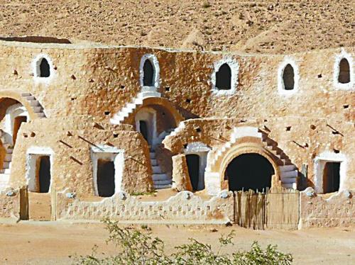 """在突尼斯体验""""洞中人""""生活  该建筑被称为""""外星人棋子"""""""