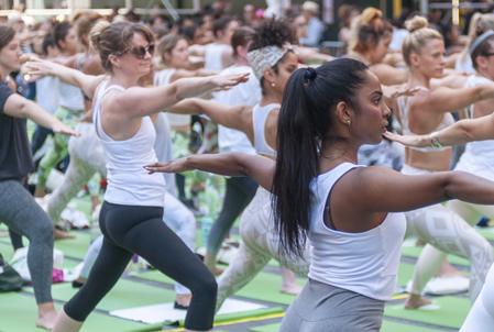 纽约时代广场上演集体瑜伽庆祝国际瑜伽日