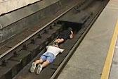 玩命耍酷!乌克兰两男子跳下地铁轨道寻刺激