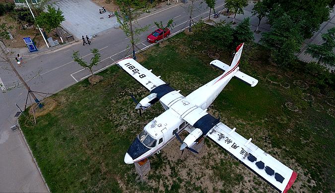 郑州一高校内停5架飞机 战斗机运输机一应俱全