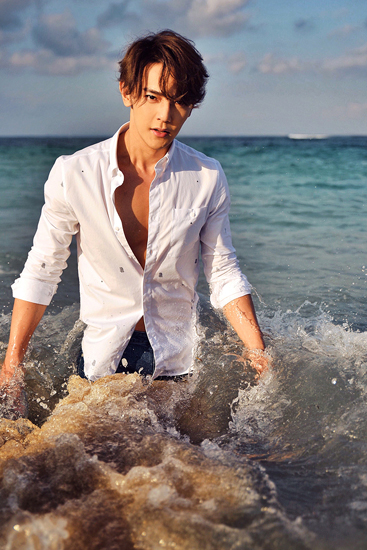 汪东城夏日海边写真   胸肌若隐若现火热一夏