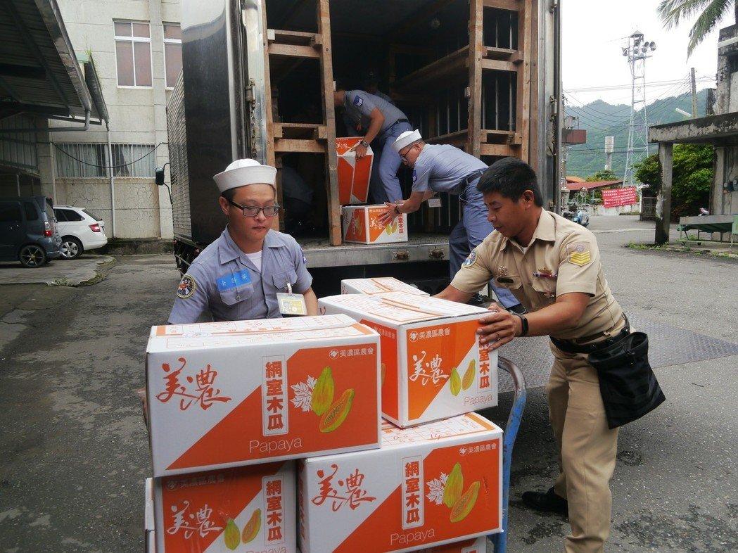 台湾水果严重滞销 台军要来帮忙了:陆军买香蕉 海军买木瓜