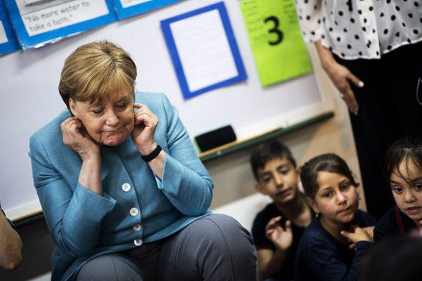 """默克尔同黎巴嫩儿童互动 做鬼脸玩皮球变""""孩子王"""""""