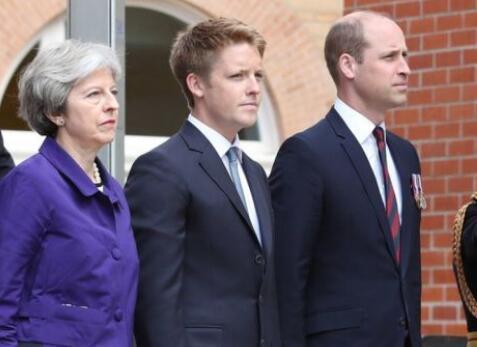 英首相见威廉王子行屈膝大礼 网友吐槽:好尴