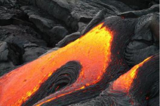 夏威夷火山喷发的熔岩 正在地底飞速流动扩散