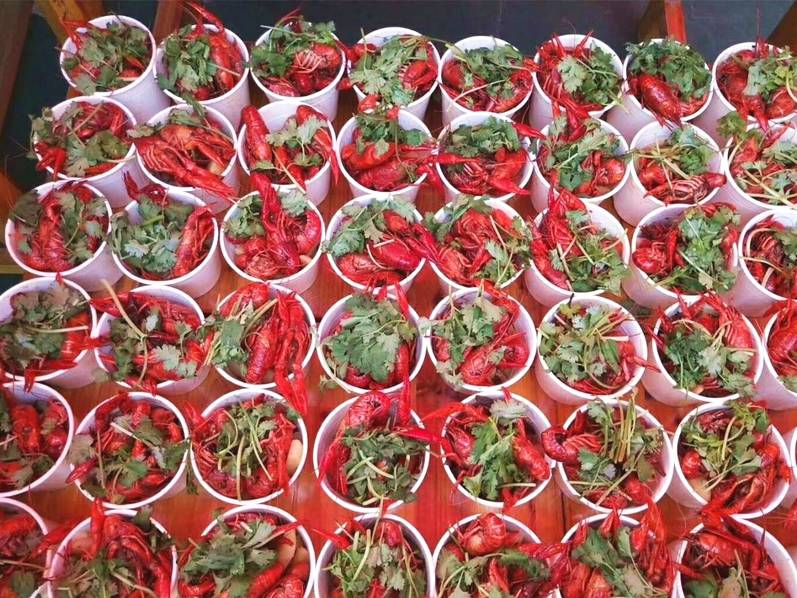 高校摆10口大锅 煮3000斤小龙虾请学生免费吃