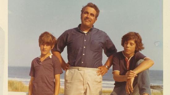 波登(右)与家人在法国海边度假