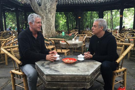 波登和 Ripert 在四川喝茶