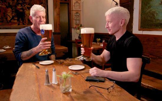CNN主持人Anderson Coopper 和安东尼·波登一起吃饭