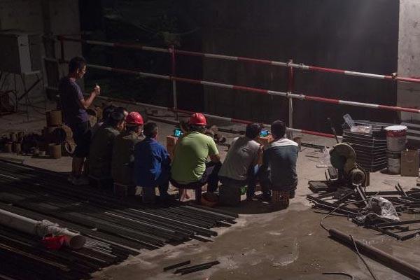 工人搬砖看球赛 无WIFI平摊场次轮流直播