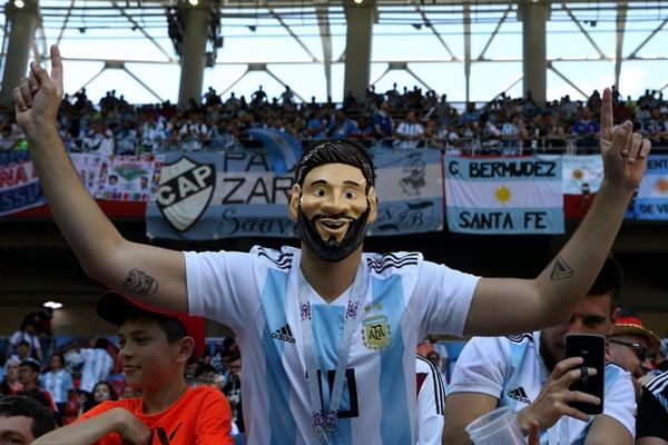 世界杯赛场的球星面具 C罗受欢迎梅西花样多