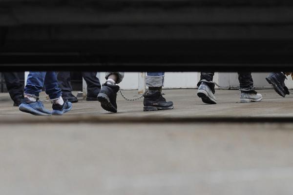 美国非法移民问题引争议 部分移民戴脚铐出席听证会