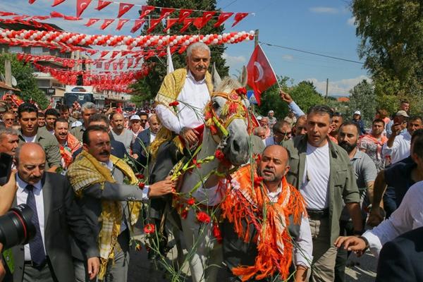 土耳其总理参加传统节日 骑白马现身纪念游牧文化
