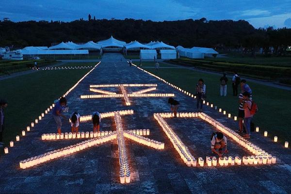 """日本民众纪念冲绳战役结束73周年 烛光点亮巨型""""和平"""""""