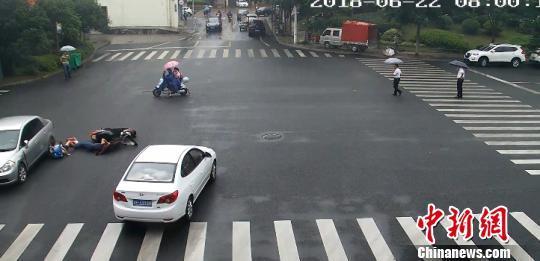 浙江常山一孩子被压车底 路过市民雨中抬车救人