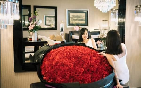 张嘉倪庆生老公送巨型玫瑰 怀胎数月身形仍纤细